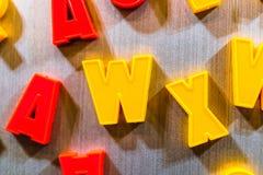 Buchstaben für das Unterrichten Kind-kyrillisch oder lateinisch stockbild