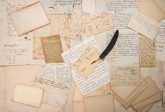 Buchstaben, Handschriften, Weinlesepostkarten und Federstift Stockfotos