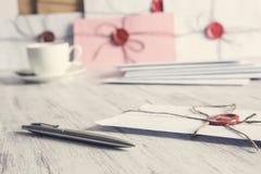 Buchstaben mit Dichtung auf Tabelle Stockbild