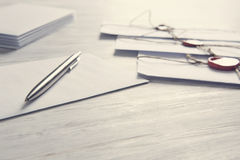 Buchstaben mit Dichtung auf Tabelle Lizenzfreie Stockfotos
