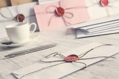 Buchstaben mit Dichtung auf Tabelle Stockfotos