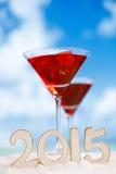2015 Buchstaben mit rotem Getränk auf Strand, Ozean, weißer Sandstrand Lizenzfreies Stockfoto