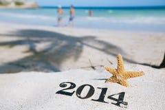 2014 Buchstaben mit Starfish, Ozean, Strand und Meerblick Lizenzfreie Stockfotos