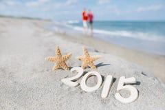 2015 Buchstaben mit Starfish, Ozean, Strand und Meerblick Lizenzfreies Stockbild