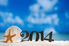 2014 Buchstaben mit Starfish, Ozean, Strand und Meerblick, flach Lizenzfreie Stockfotografie