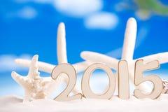 2015 Buchstaben mit Starfish, Ozean, weißem Sandstrand und Meerblick Lizenzfreie Stockfotografie