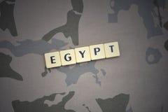 Buchstaben mit Text Ägypten auf dem kakifarbigen Hintergrund Grüne taktische Schutzkleidung mit US-Streifenmarkierungsfahne und N Lizenzfreies Stockfoto