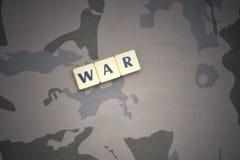 Buchstaben mit Text kämpfen auf dem kakifarbigen Hintergrund Grüne taktische Schutzkleidung mit US-Streifenmarkierungsfahne und N Stockfotos