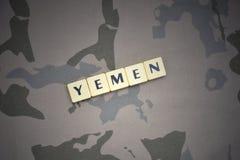Buchstaben mit Text Yemen auf dem kakifarbigen Hintergrund Grüne taktische Schutzkleidung mit US-Streifenmarkierungsfahne und Nah Lizenzfreie Stockfotografie