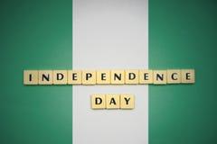 Buchstaben mit Textunabhängigkeitstag auf der Staatsflagge von Nigeria lizenzfreies stockfoto