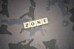 Buchstaben mit Textzone auf dem kakifarbigen Hintergrund Grüne taktische Schutzkleidung mit US-Streifenmarkierungsfahne und Nahau Lizenzfreie Stockfotos