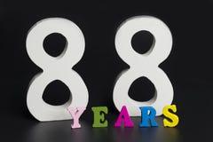 Buchstaben und Zahlen-achtzig-acht auf einem schwarzen Hintergrund Lizenzfreies Stockbild