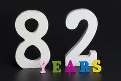 Buchstaben und Zahlen-achtzig-zwei auf einem schwarzen Hintergrund Stockbild