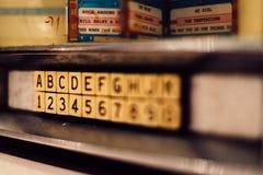 Buchstaben und Zahlen auf einer Wand in einem Kindergarten lizenzfreie stockbilder