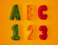Buchstaben und Zahlen auf gelbem Hintergrund Stockfotografie
