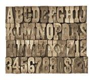 Buchstaben und Zahlen in der Weinleseholzart stockfotografie