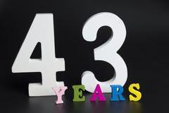 Buchstaben und Zahlen dreiundvierzig Jahre auf einem schwarzen Hintergrund Stockfoto