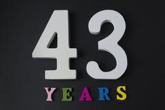 Buchstaben und Zahlen dreiundvierzig Jahre auf einem schwarzen Hintergrund Lizenzfreies Stockfoto