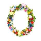 Buchstaben von Blättern und von Blumen Stockfotografie