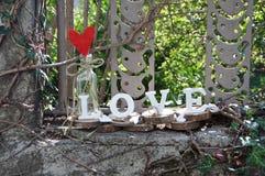 Buchstaben, welche die Wortliebe formulieren Stockbild