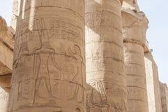 Buchstaben, Zeichnungen und Zeichen auf den Wänden des alten ägyptischen Tempels Lizenzfreie Stockbilder