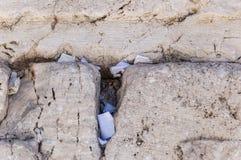 Buchstaben zum Gott geschoben zwischen den Steinen auf Klagemauer lizenzfreies stockfoto