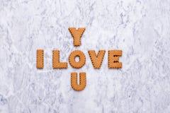 Buchstabeplätzchen ich liebe dich auf Marmorhintergrund stockfoto
