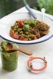 Buchstabierte Spaghettis und Haus machten Pesto Stockfoto