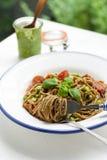 Buchstabierte Spaghettis und Haus machten Pesto Lizenzfreie Stockbilder