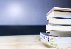 Buchstapel auf hölzerner Tabelle Stockfotos