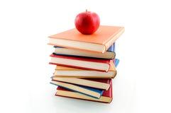 Buchstapel mit einem Apfel Stockfotos