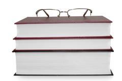 Buchstapel mit einem Apfel getrennt auf weißem backgro Stockfotos