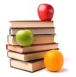Buchstapel mit Früchten Lizenzfreie Stockfotos