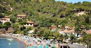 Bucht Bagnaia Portoferraio, Panoramablick, Regenschirme, Elba Island lizenzfreie stockfotos