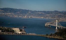 Bucht-Brücke nach Oakland von der Luft stockbilder