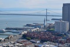 Bucht-Brücke von Coit-Turm in San Francisco lizenzfreie stockbilder