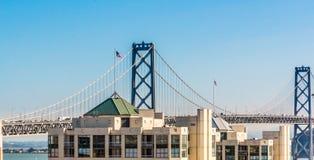 Bucht-Brücken-Skyline in San Francisco lizenzfreies stockbild