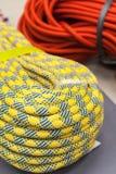 Bucht des mehrfarbigen Kletterseils für das Klettern Lizenzfreie Stockfotografie