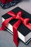 Bucht die Geschenke, die mit rotem Band, Winter hugge Saisonbetrug verziert werden stockbilder