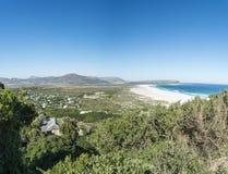 Bucht einer Stadt durch das Meer in Kapstadt Stockbilder