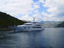 Bucht Kotor, ausgezeichnete Yacht Montenegros Stockbilder