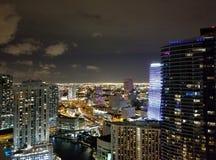 Bucht Miamis Brickell um Mitternacht Stockfotografie