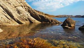 Bucht mit Algen, Schwarzes Meer, Krim Lizenzfreies Stockfoto