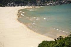 Bucht mit einem wilden Strand Stockfotos
