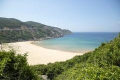 Bucht mit einem wilden Strand Lizenzfreie Stockfotos