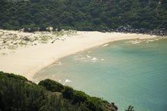 Bucht mit einem wilden Strand Lizenzfreie Stockbilder