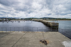 Bucht mit Pier im Schrei, Irland lizenzfreie stockbilder