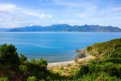Bucht Nha Trang, Vietnam Sehen Sie von Landstraße Pham Van Dongs 657 an Lizenzfreie Stockbilder