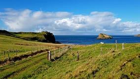 Bucht und Schloss Duntulm auf der Insel von Skye - Schottland stock video footage