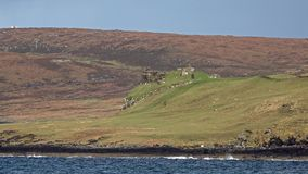 Bucht und Schloss Duntulm auf der Insel von Skye - Schottland stock video
